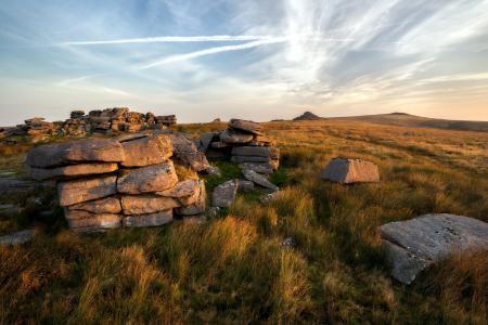 Фото поле, закат, камни, пейзаж