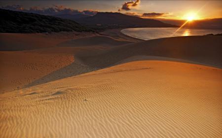 Обои песок, озеро, небо, закат