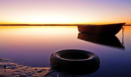Обои небо, лодка, колесо, вода