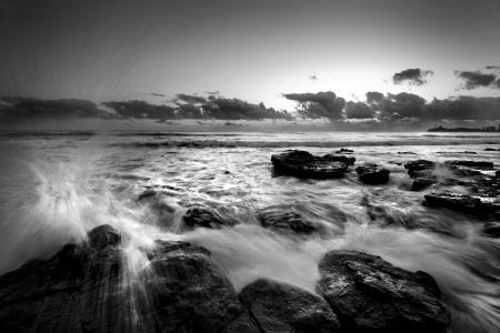 Фото water, море черно белое, волна, камни