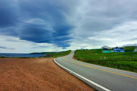 Фото дорога, пасмурно, домики, асфальт
