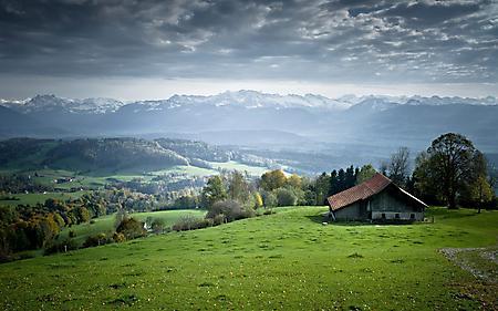 Обои дом на холме, чистый воздух, зеленые луга, облака