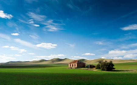 Фотографии домик, поле, горы, небо