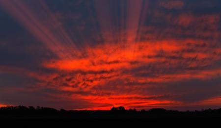 Обои небо, красный, закат, лучи