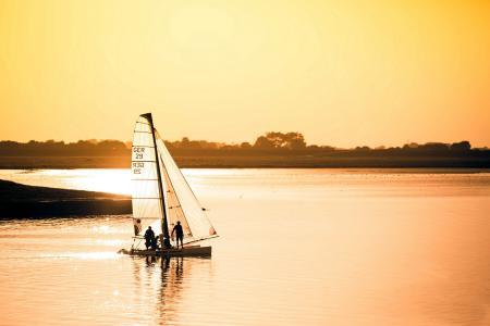 Обои озеро, яхта, закат, пейзаж