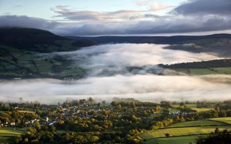 Обои поле, дома, туман, пейзаж