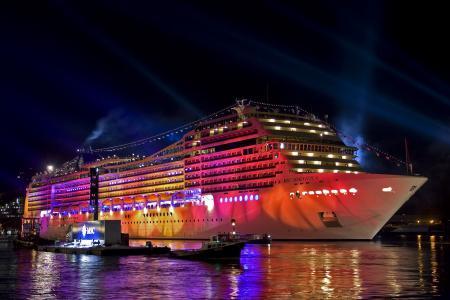 Заставки лайнер, порт, огни, прожекторы