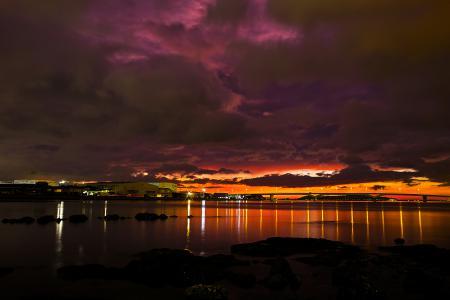 Фото закат, море, огни, строения