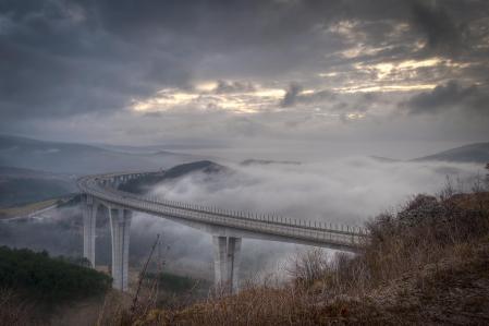 Фото мост, туман, тучи, машины