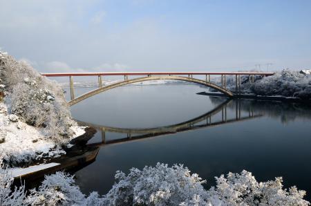 Обои мост, зима, река, деревья