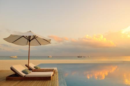 Заставки шезлонги, зонт от солнца, океан, яхты на море
