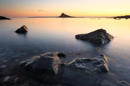 Картинки море, камни, вода, гладь