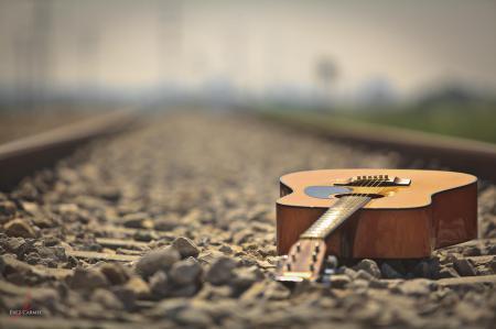 Фото гитара, ж/д пути, галька, камни