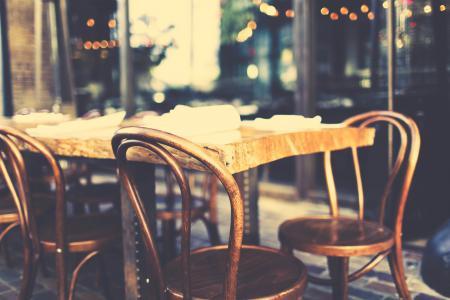 Фото стулья, стол, боке, улица