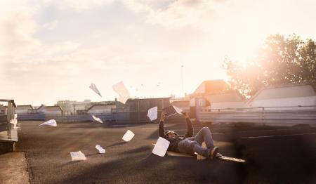 Фото парень, улица, поза, лежит