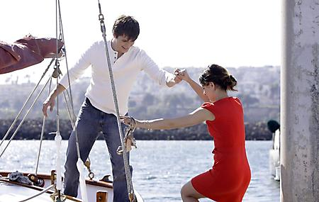 Фотографии девушка в красном, парень, подает руку, яхта