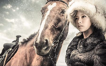 Фото девушка азиатка казачка, конь, меховая шапка