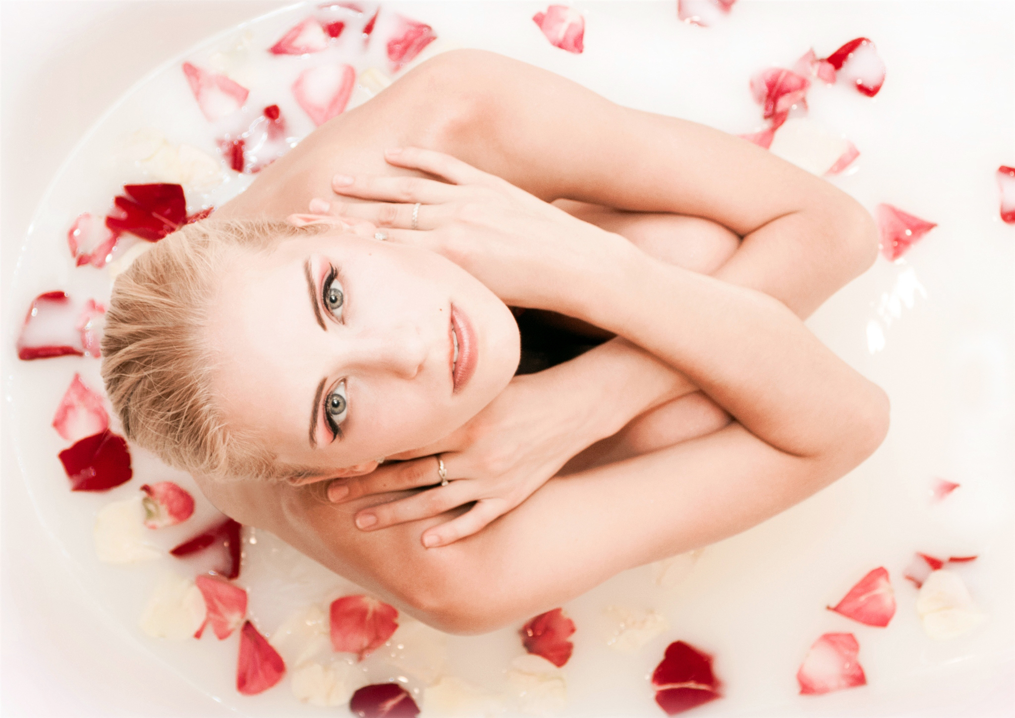 Смотреть блондинка в ванной 19 фотография