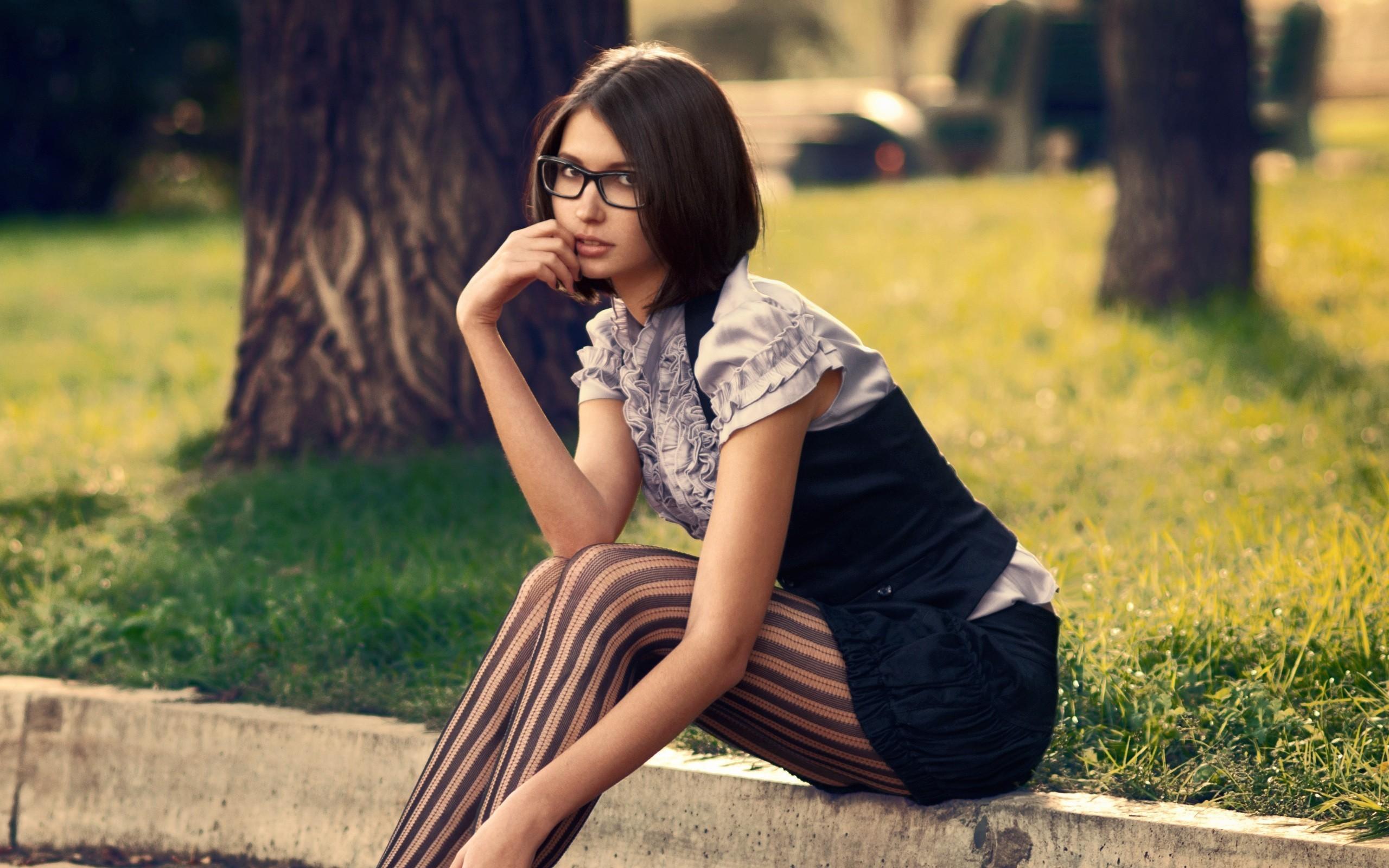 В очках и чулках 3 фотография