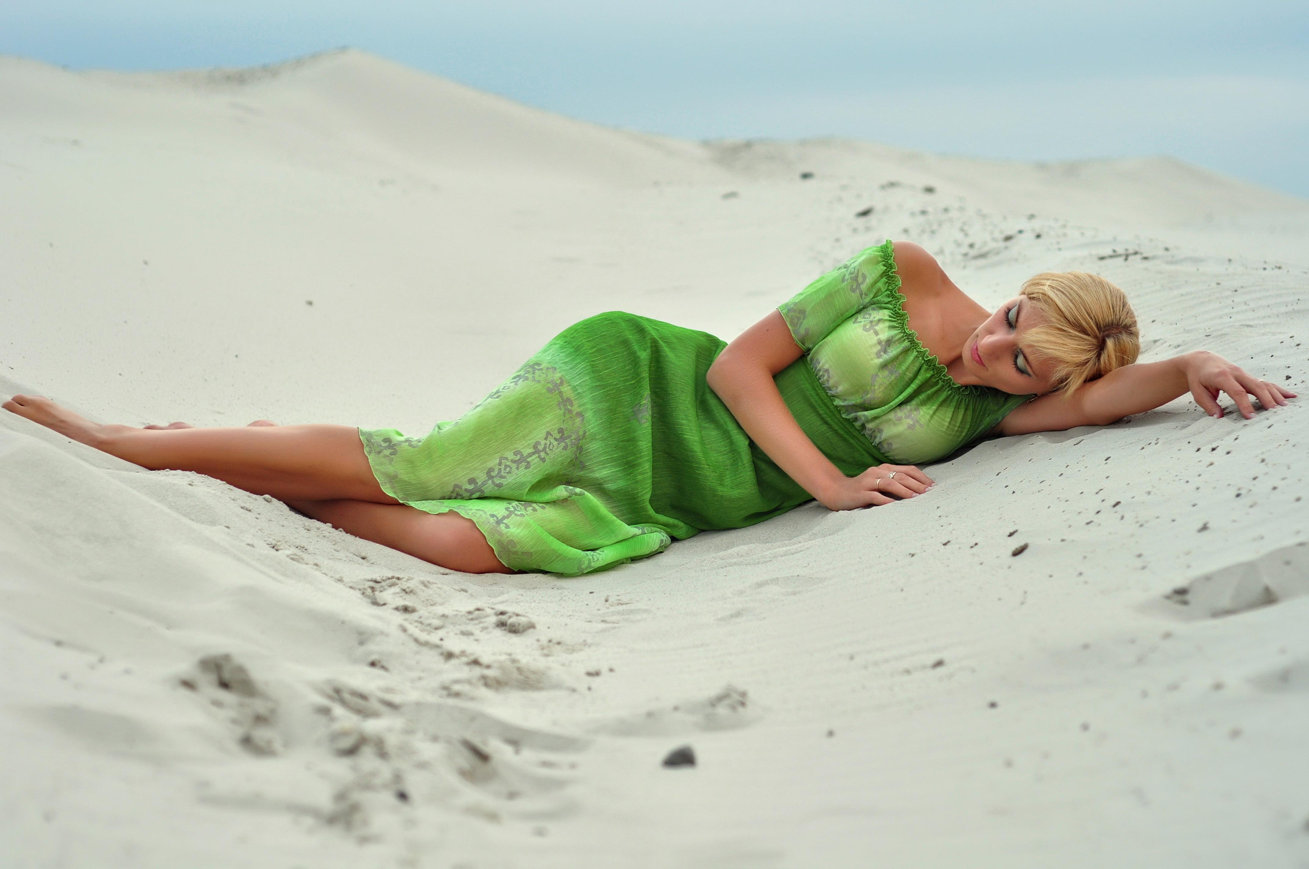 Секс девушка в зеленом платье 8 фотография