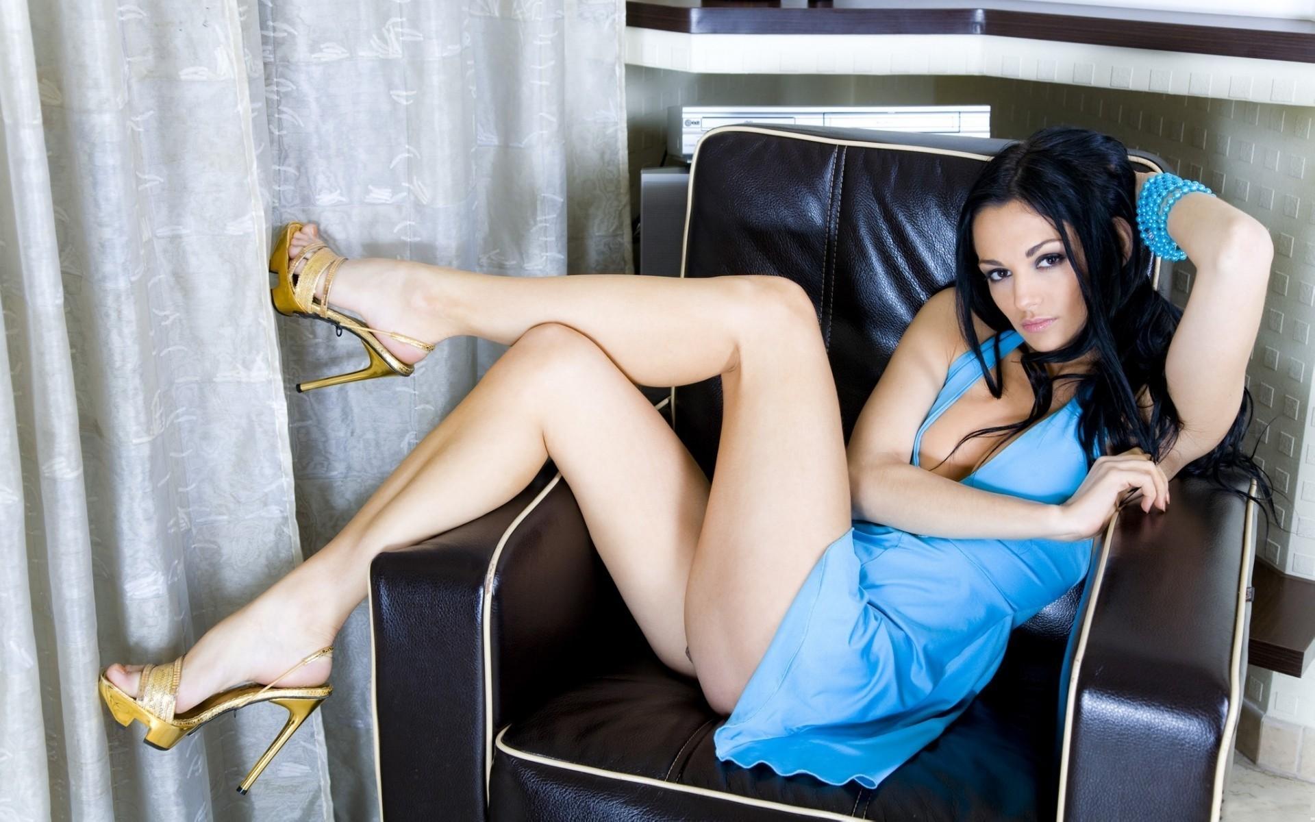 Фото девушек брюнеток в кресле 2 фотография