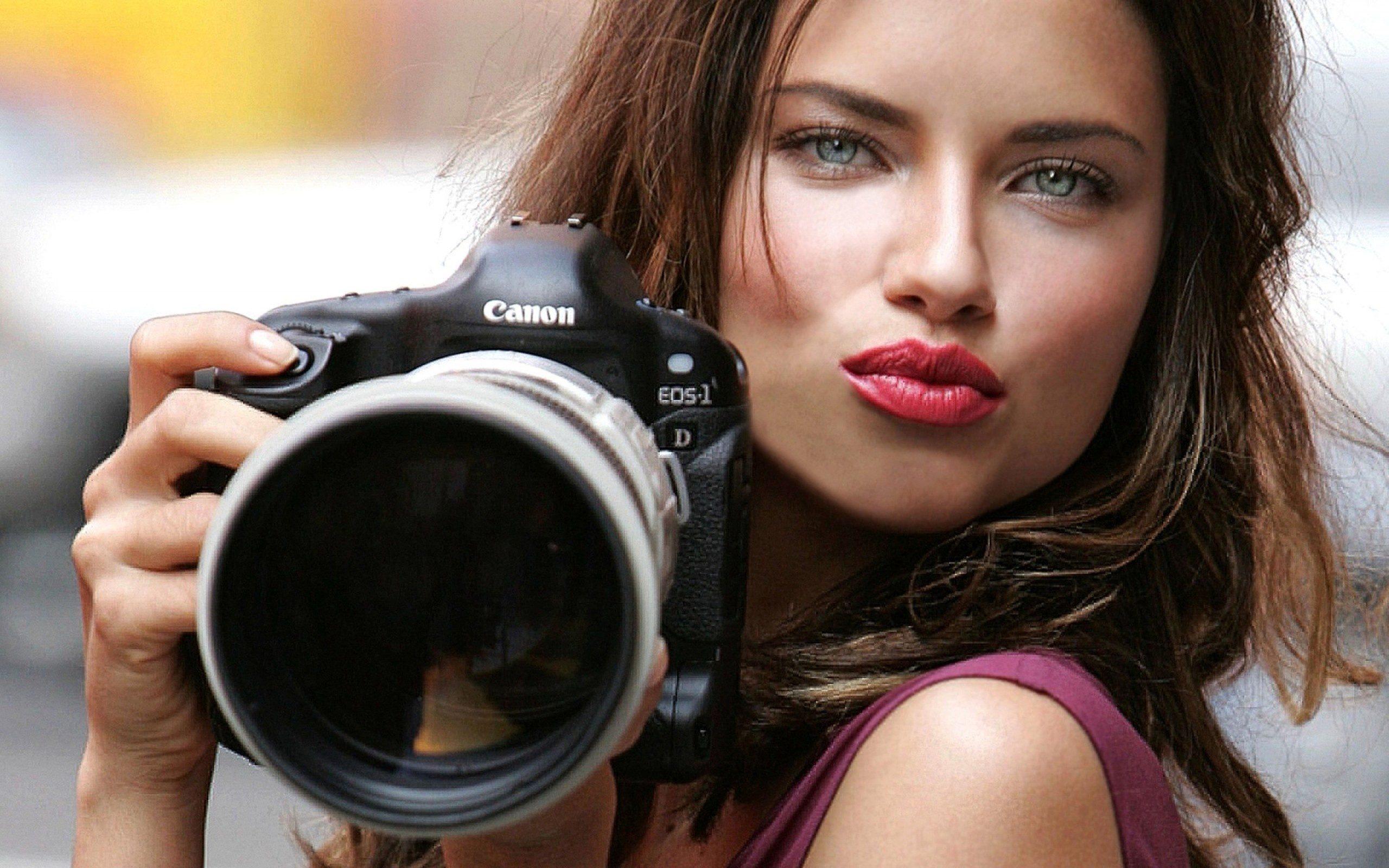 Фото фотоаппарат canon eos девушка adriana lima