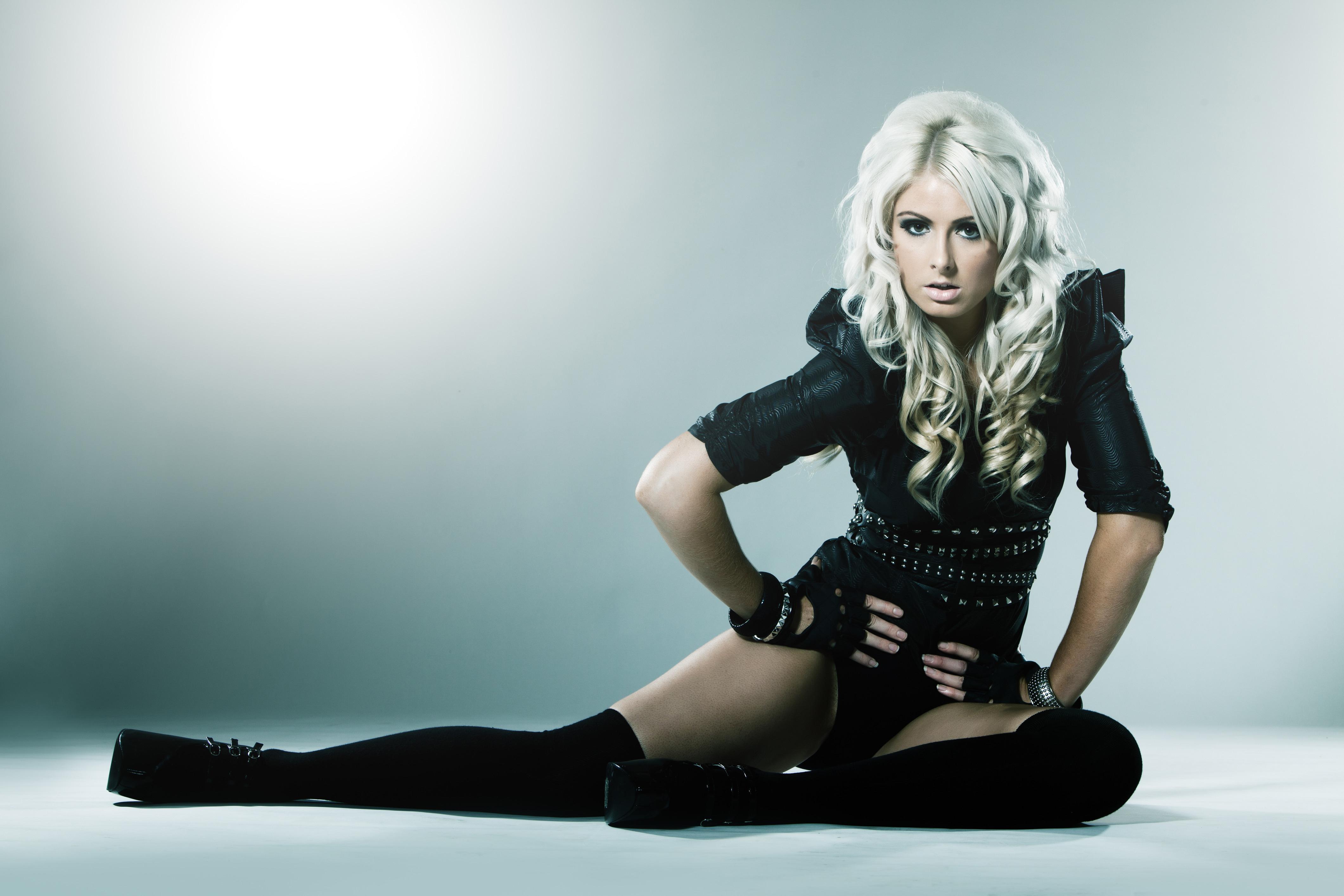 Фото блондинки в черном костюме 17 фотография