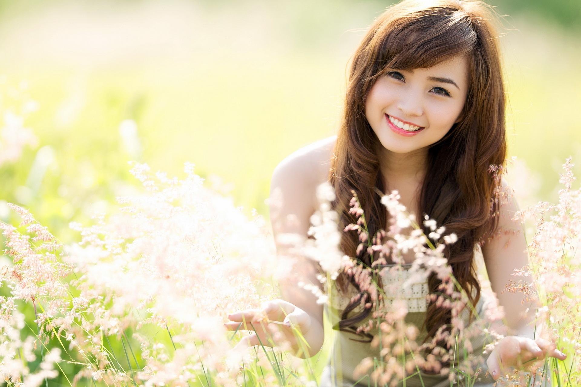 Картинка кровать, японка, девушка, улыбка 1280x720 скачать