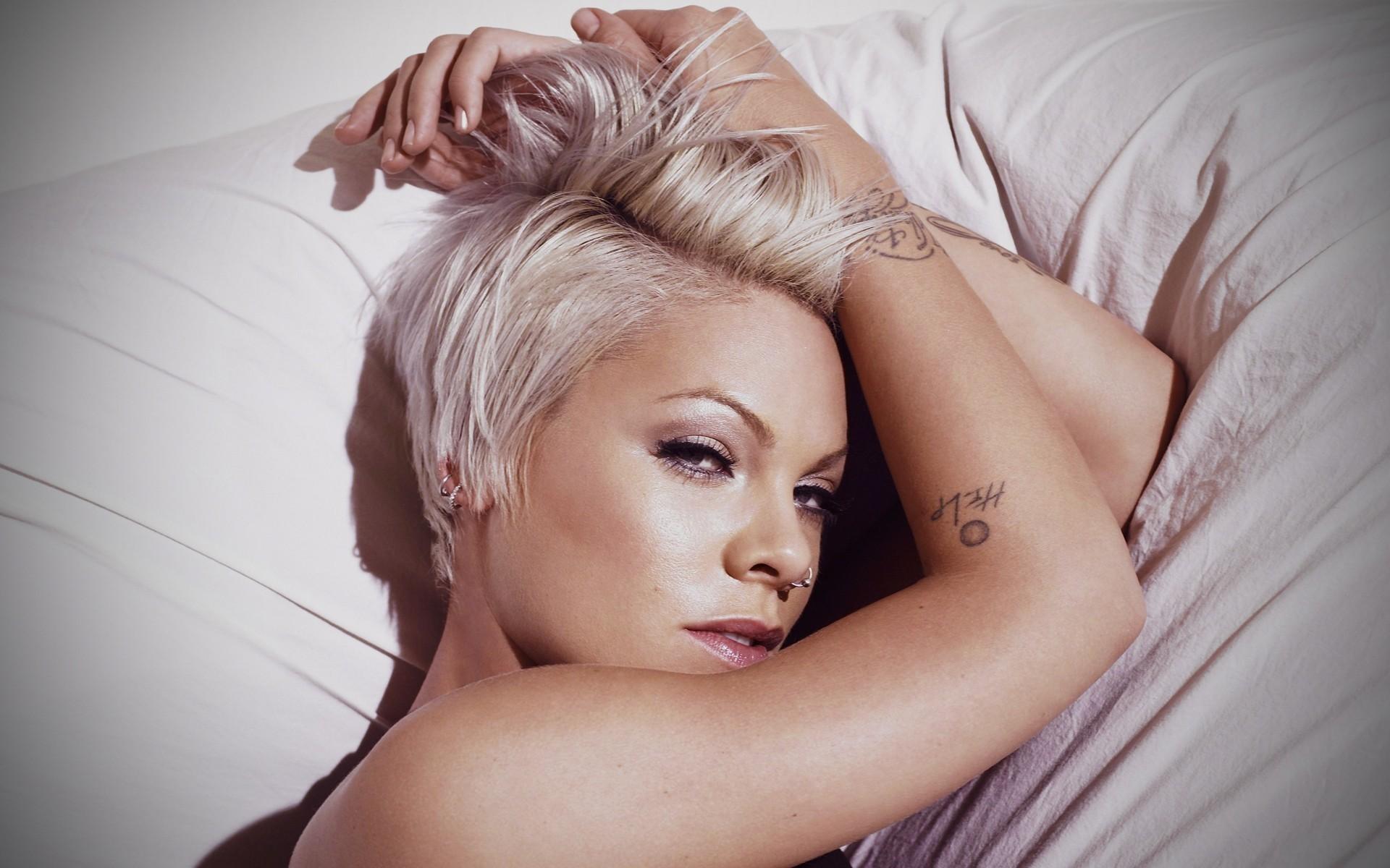 Симпотичная блондинка и трахарь 19 фотография