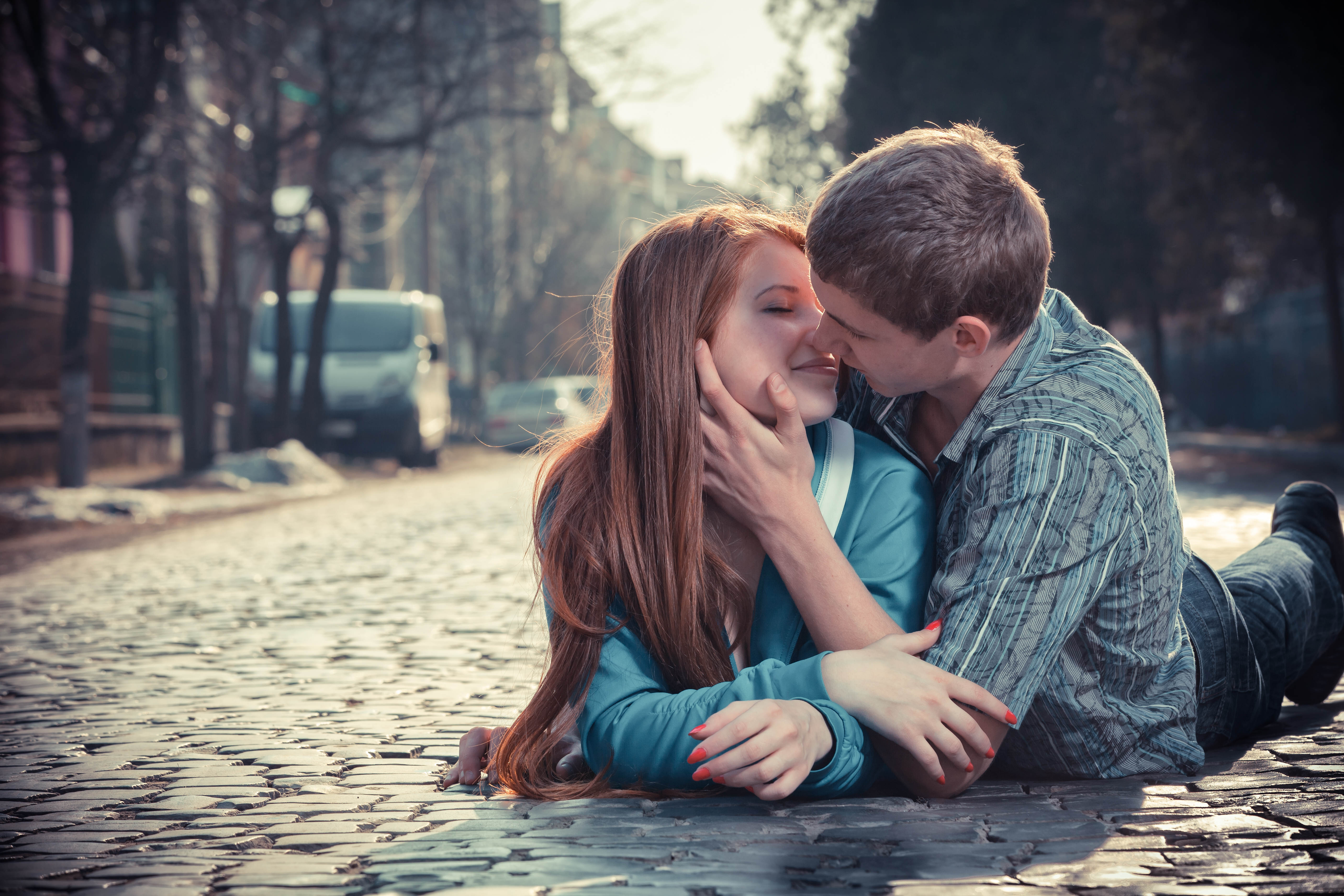 Фото где девушку целует 5 фотография