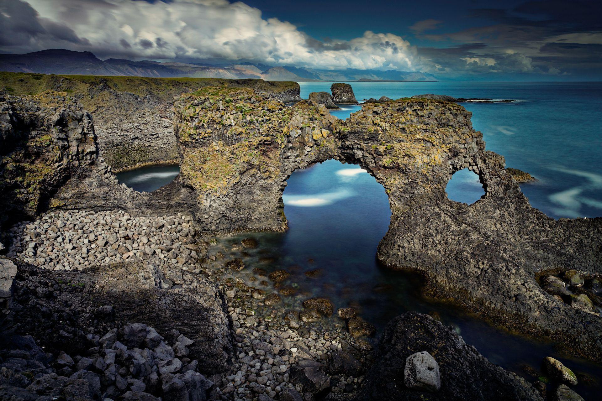 Обои камни в море скачать на рабочий