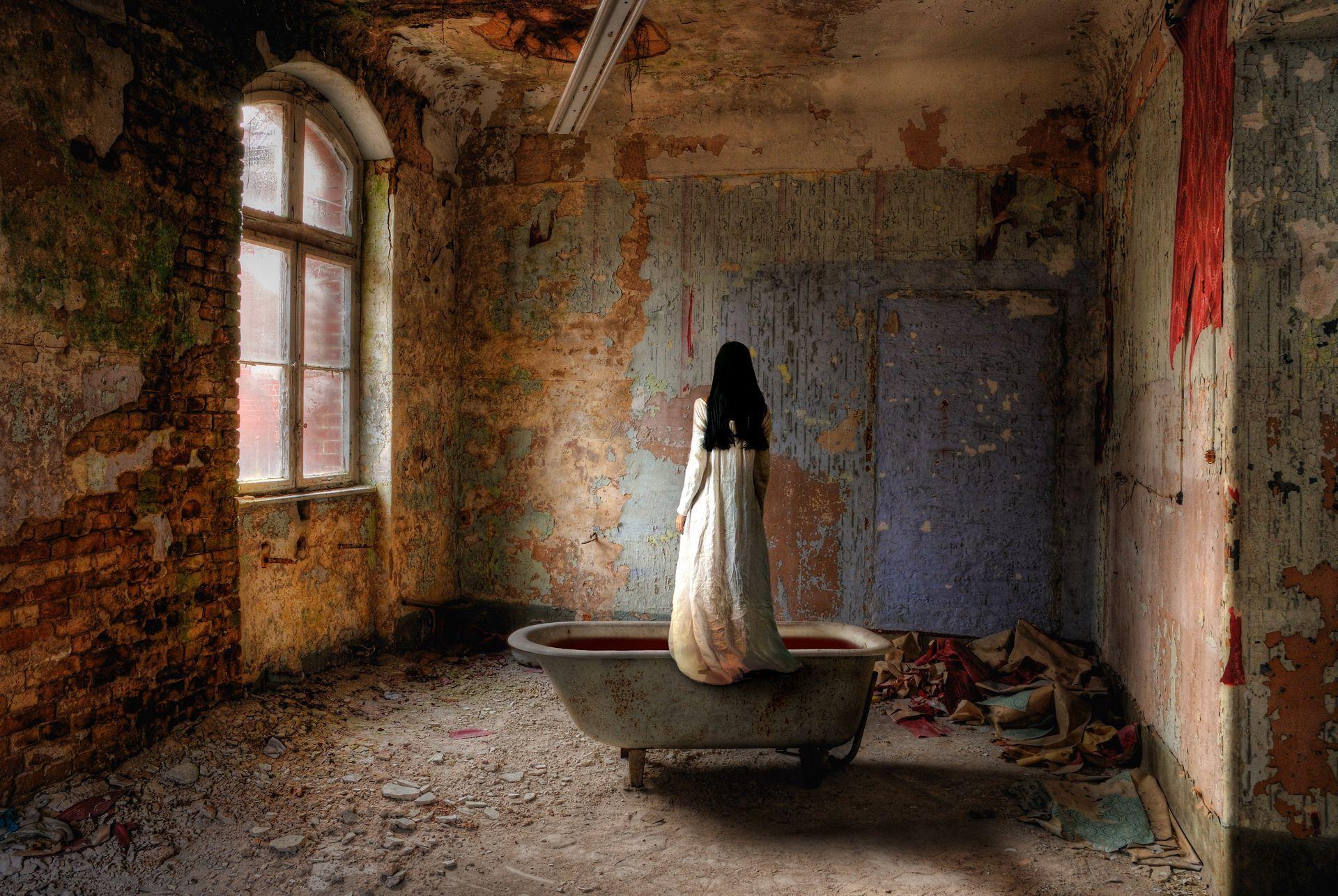 Ванная ржавые стены девушка в халате