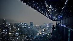Картинки ночной город скачать на рабочий стол, фото девушка на краю