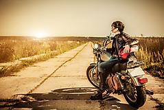 Обои девушка байкер, скачать заставки путешествие на мотоцикле, дорога для рабочего стола