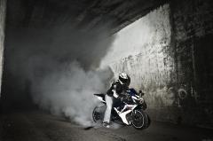 Обои мотоцикл Suzuki gsx-r1000 скачать на рабочий стол, фото дым из под колес